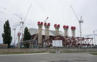 Bauarbeiten am Sarkophag in Tschernobyl (2013).