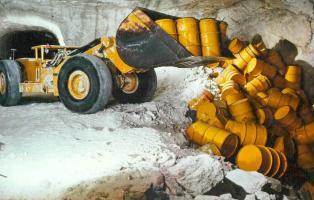 """Dieser schwach strahlende Atommüll im Schacht Asse sollte """"auf ewig"""" dort lagern. Heute wird bereits an der Räumung gearbeitet."""