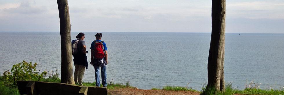 Zwei Wanderer vor der Ostsee